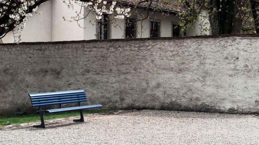 Zeitlose  Campo  Sitzbank  mit  Rückenlehne  in  historischem  Kontext.