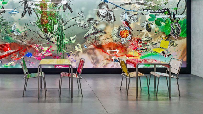 Farbenfrohes  Ensemble  aus  Stella  Tischen  und  Stühlen.