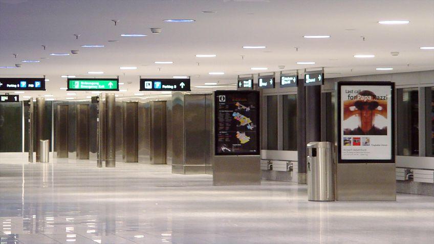 Schlanke,  energieeffiziente  Werbe-  und  Informationsträger  in  einer  Durchgangshalle  des  Flughafens  Zürich.