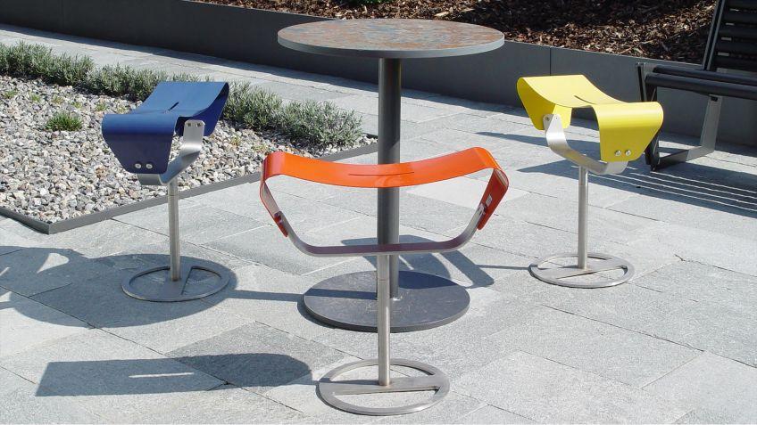 Evolution  Hocker  mit  farbiger  Sitzfläche  zur  freien  Aufstellung  im  Innen-  und  Aussenbereich.
