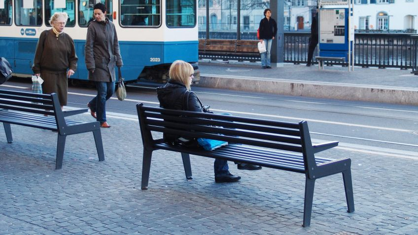 Stadtbank  A-Typ  mit  robuster  Sitzfläche  aus  Hartgummi  entlang  des  Limmatquai  Zürich.