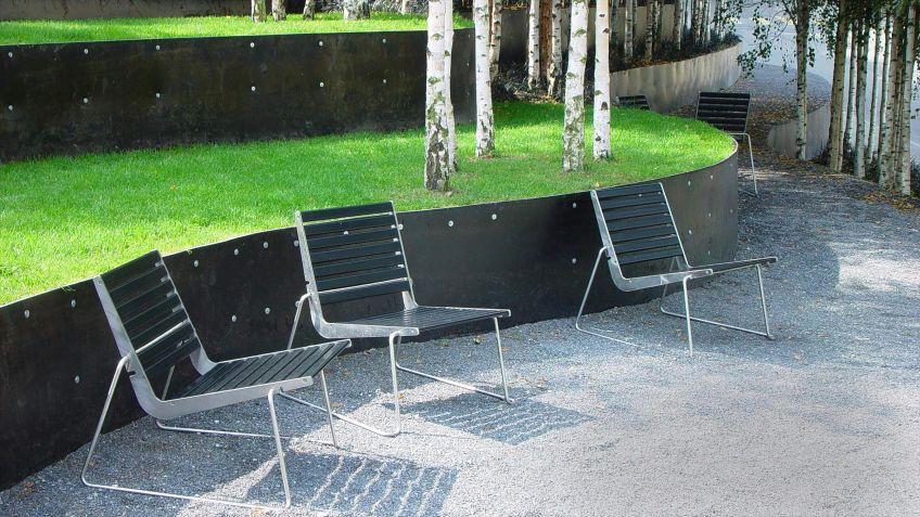 BURRI02  Sessel  mit  Kufengestell  für  die  stabile  Aufstellung  auf  den  Kieswegen  der  Expo02  in  Murten.