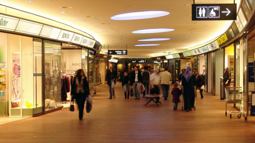 Das  Shopfront  System  gewährleistet  eine  einheitliche  Beschriftung  der  Geschäfte  im  Shoppi  Tivoli  Spreitenbach.