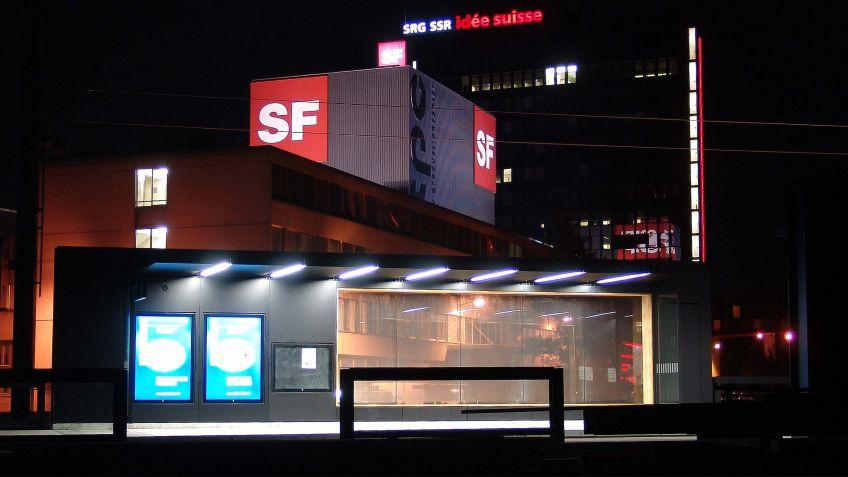 HSI  ZERO  Wartehalle  am  SRF-Fernsehstudio  in  Zürich,  beleuchtet  mit  der  RECTANGULAR  LED-Rechteckrohrleuchte.