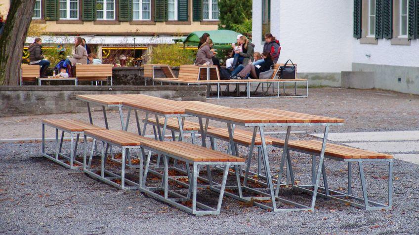 Landscape  Sitzbank  ohne  Rückenlehne  in  Kombination  mit  dem  Tisch  auf  einem  Schulhof.