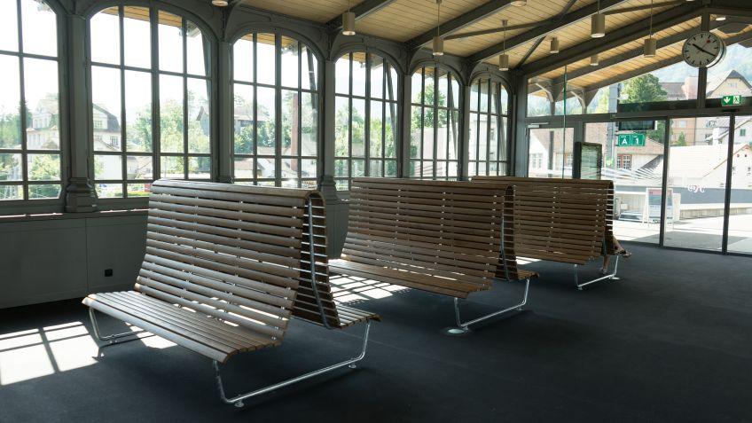 Im  Aufenthaltsraum  der  Rigibahn  wurden  drei  doppelseitige  Landibänke  mit  hoher  Rückenlehne  für  optimierten  Sitzkomfort  montiert.