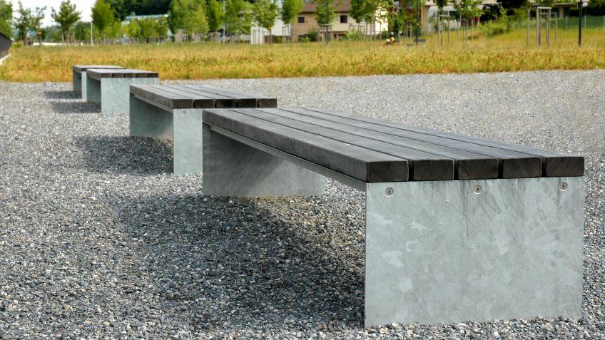 Picknick  Sitzbank  ohne  Rückenlehne  in  naturbelassenem,  verwitterten  Lärchenholz.