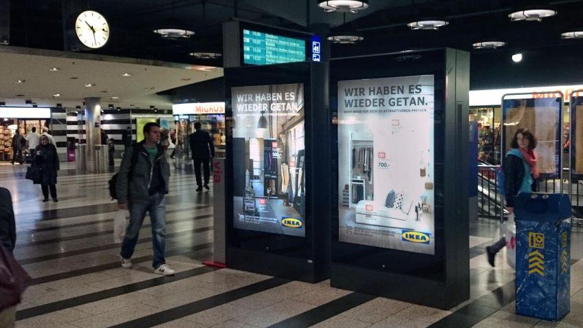 Doppelseitige  Rollingstar  Stele  fallen  auf  und  zeigen  abwechselnd  drei  Werbesujets.