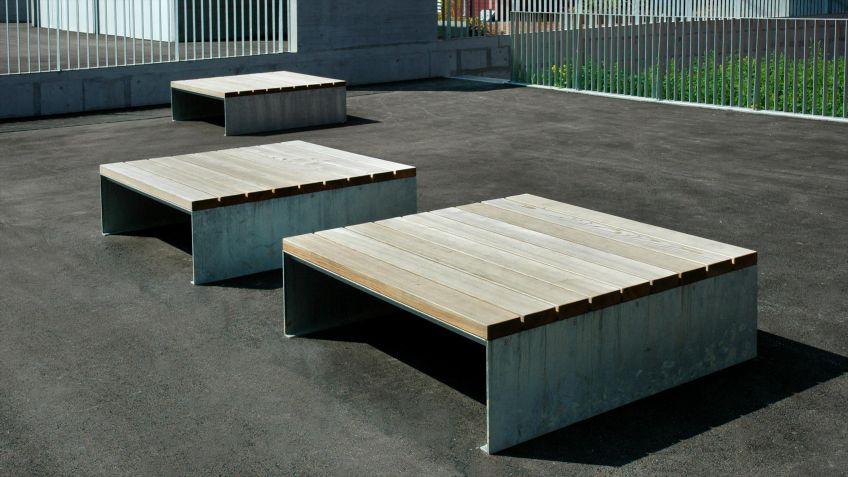 Quadratische  Picknick  Sitzebene  in  der  Ausführung  Lärche.