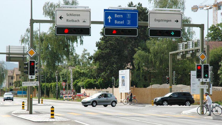 Signalbrücke  mit  2  Stützen  für  die  Verkehrslenkung  innerorts  mit  Tafeln  und  Ampelfeldern.