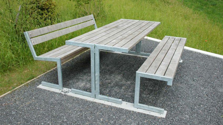 Linea  Tisch  zusammen  mit  Linea  Sitzbänken  mit  Belattung  aus  naturbelassenem  Lärchenholz.