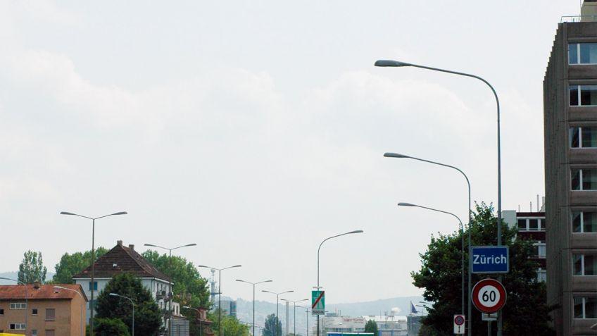 Spurenübergreifende  Fahrbahnausleuchtung  mit  konischen  Lichtmasten  mit  Einfachauslegern  und  METRO-Auslegerleuchte.