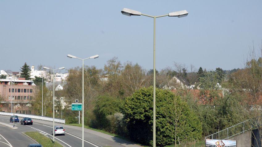 Konische  Kandelaber  mit  Doppelausleger  und  Auslegerleuchten  für  beidseitige  Strassenbeleuchtung.