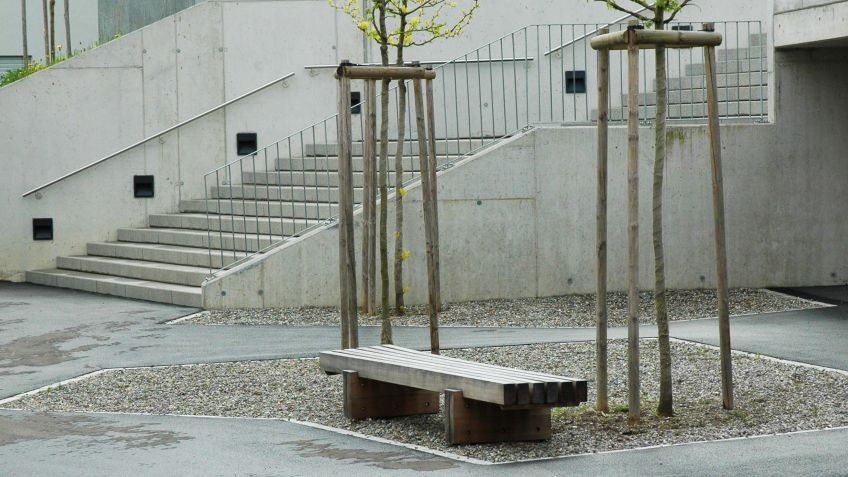 Sol  Sitzbank  ohne  Rückenlehne  aus  stabiler  Holzkonstruktion.