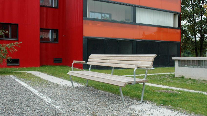 Die  Landi  Sitzbank  ist  auch  mit  Armlehnen  und  in  unterschiedlichen  Materialausführungen  erhältlich.