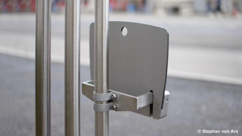 Teo  Klappsitz  mit  individuellem  Adapter  montiert  an  einer  bestehenden  ÖV-Haltestellen.