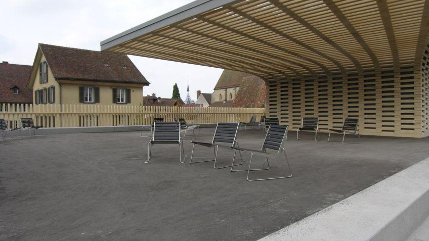 Neben  dem  Pavillon  wurden  statt  der  Stühle  BURRI02  Sessel  platziert