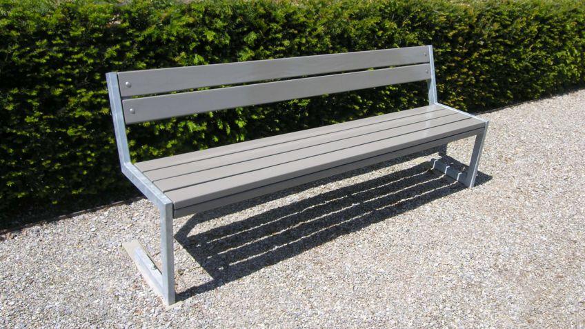 Linea  Sitzbank  mit  Rückenlehne  und  abgewinkeltem  Stahlgestell.