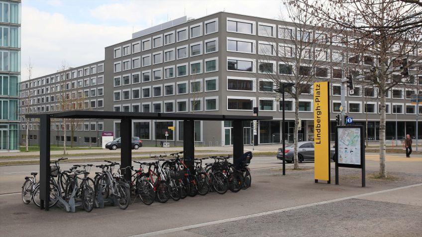 Beim  Lindbergh-Platz  nähe  Glattpark  installiert:  Haltestelleninfrastruktur,  City  Lights  LK  und  Signaletik  von  BURRI.
