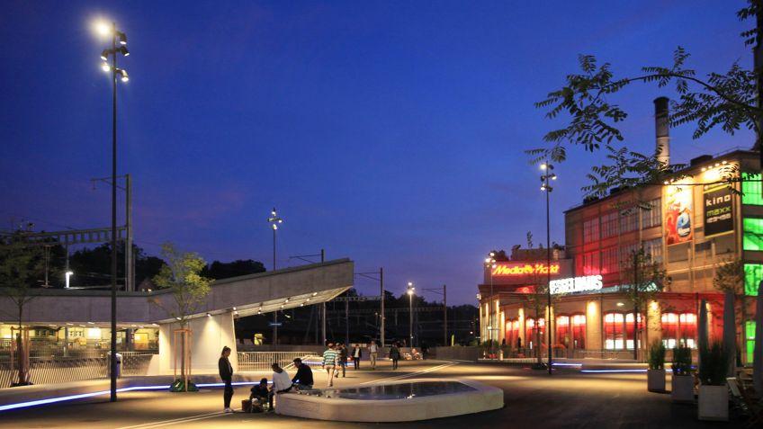 SHINE  LED  Licht  und  Kandelaber  von  BURRI  public  elements  im  Kontext  der  Gleisquerung  Winterthur.