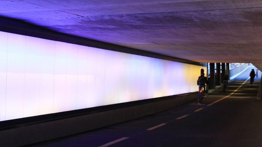 In  dieser  Unterführung  wurde  eine  40  Meter  lange  Lichtwand  von  BURRI  installiert.
