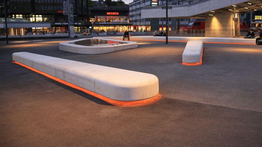 Die  Steinbänke  auf  dem  Kesselhausplatz  werden  mit  SHINE  LED-Lichttechnologie  unterleuchtet.