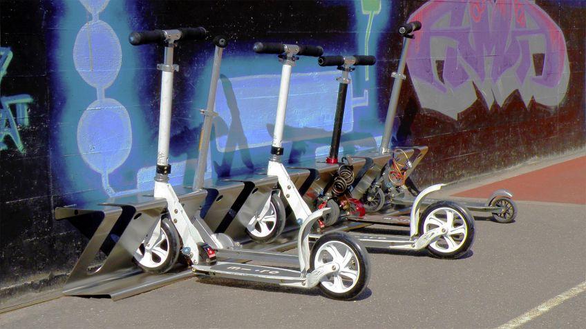 Der  KickboardZ-Ständer  von  Designer  Beat  Karrer  in  Edelstahl-Ausführung  auf  einem  Schulhof.