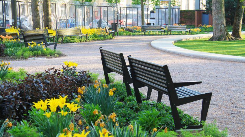 BURRI  02  Sitzbank  mit  Rücken-  und  Armlehnen  im  Brühlgutpark  Winterthur.