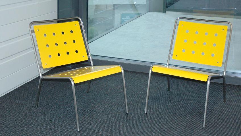 Stella  Sessel  mit  zurückgeneigter  Sitzfläche  aus  stabilem  Metall.