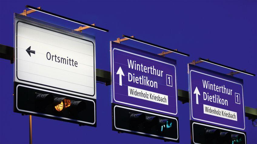 Die  LED-Signaltafelleuchte  ILLUMINA  TRAFFIC  leuchtet  Verkehrstafeln  präzise  aus  für  gute  Lesbarkeit  aus  der  Ferne.