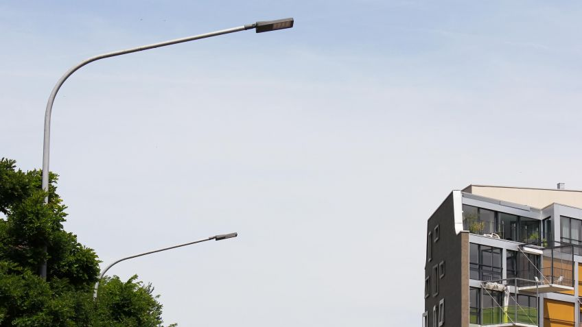 METRO  LED-Strassenbeleuchtung  als  Auslegerleuchte  an  einem  Peitschenkandelaber.