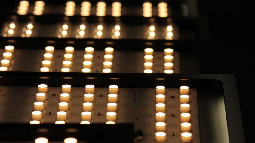 Eine  Vielzahl  von  LEDs  vereint  zu  einer  effizienten  Lichtleistung  der  FLAT  Deckenleuchte.