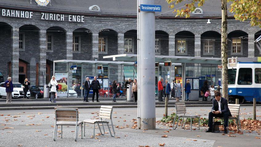 Der  Vivax  Sessel  ohne  Armlehne  bereichert  den  Tessinerplatz  in  Zürich.