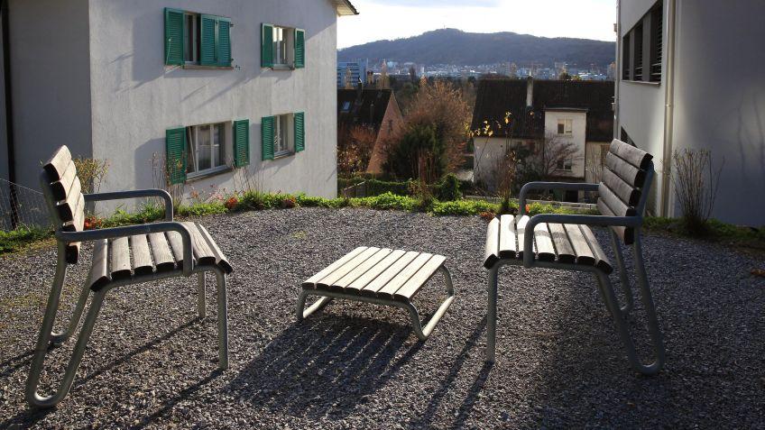 Der  Vivax  Beistelltisch  ergänzt  das  Vivax  Sitzprogramm  in  einem  Garten.
