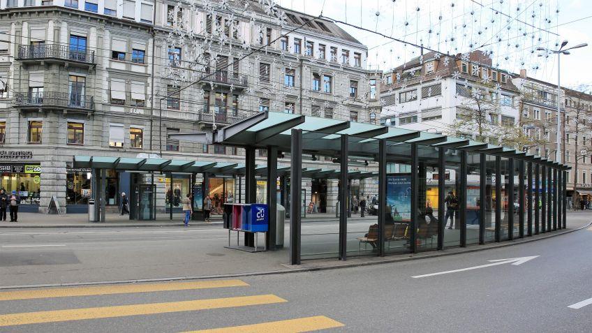 Die  Gestaltung  der  Haltestelle  orientiert  sich  am  Strassenverlauf  und  dem  grossen  Passagieraufkommen  am  Löwenplatz  Zürich.