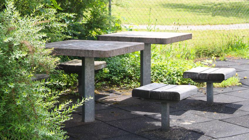Square Game Table. Der Quadratische Park Spieltisch Mit Geschliffener  Kunststein Spieloberfläche Lädt Zum Gesellschaftlichen Schach  Oder  Mühlespiel