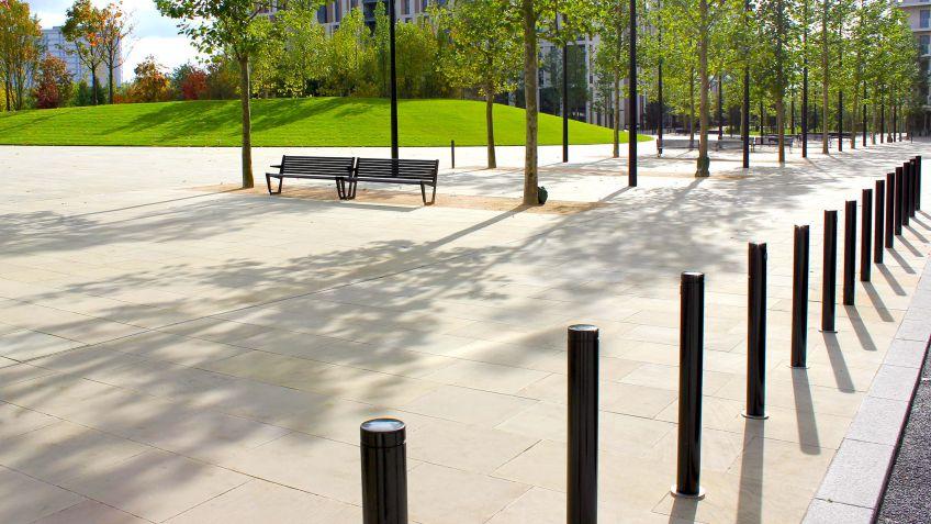 Uni  Absperrpfosten  und  BURRI  02  Bänke  säumen  die  Strassen  des  Victory  Parks  in  London,  England