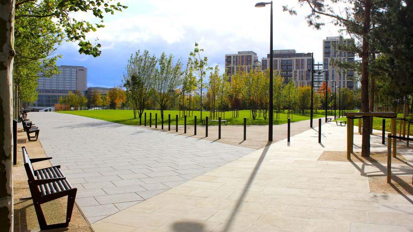 Public  Elements  von  BURRI  im  Kontext:  Victory  Park,  London
