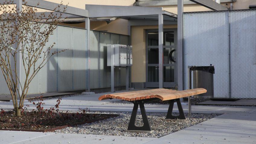 Campo  Sitzbank  mit  Holz-Sitzfläche  und  ausgelaserten  Stahlkonsolen.