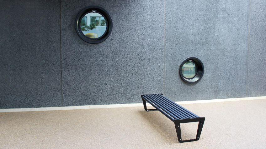BURRI02  Sitzbank  ohne  Rückenlehne  für  die  freie  Aufstellung  im  Innen-  und  Aussenbereich.