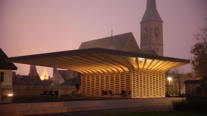 Der  auffällige  Pavillon  aus  Holz  kommt  dem  Sonnenschutz  einer  Terrasse  gleich