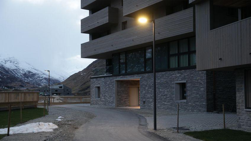 Strassenbeleuchtung  in  einer  Wohnanlage  mit  METRO  Aufsatzleuchte  auf  zylindrischem  Lichtmast.