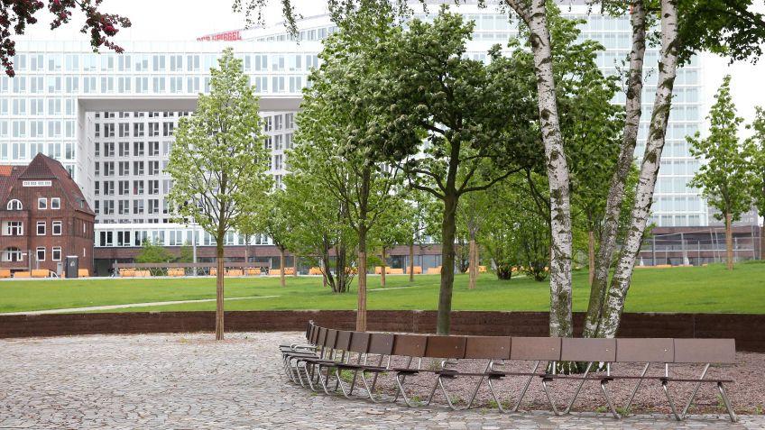 Die  Lange  Bank  von  VOGT  bogenförmig  angeordnet  im  Lohsepark  Hamburg.