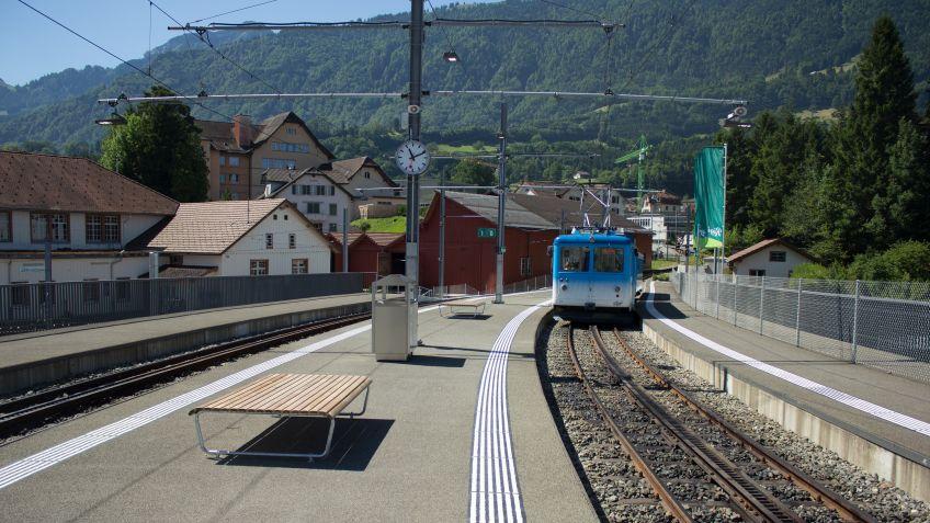 Bequem  und  wetterbeständig:  Doppelseitige  Landis  ohne  Rückenlehne  am  Perron  der  Rigibahn  in  Arth-Goldau.