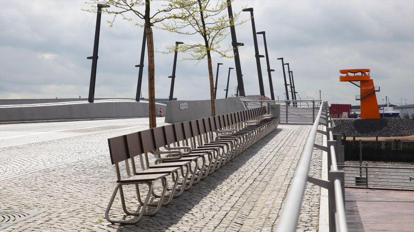 """Eine  Sitzreihe  der  Langen  Bank  mit  robusten  HPL-Platten  und  Armlehnen  im  """"Hafen  City""""  Quartier  in"""
