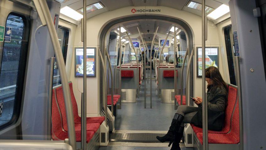 Die  robusten  Leucht  Plakate  kommen  in  der  Hamburger  Hochbahn  als  Werbeträger  zum  Einsatz.