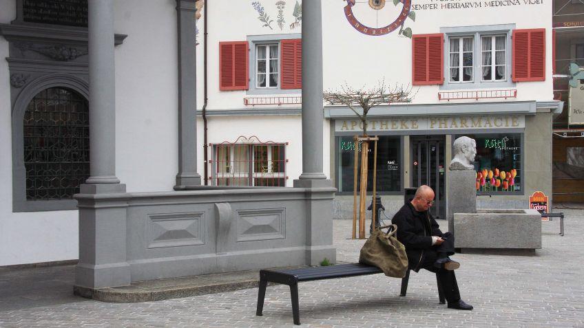 Sitzbank  ohne  Rückenlehne  für  beidseitiges  Sitzen.