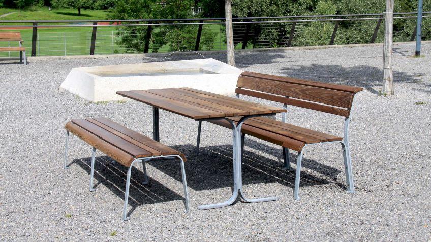 Vivendi  Tisch  zusammen  mit  Vivendi  Sitzbänken  zu  einem  altersgerechten  Sitzprogramm  kombiniert.