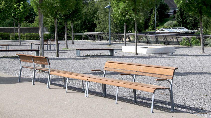 Die  Vivendi  Generationenbank  ohne  Rückenlehne  für  beidseitiges  Sitzen  in  einem  öffentlichen  Park.