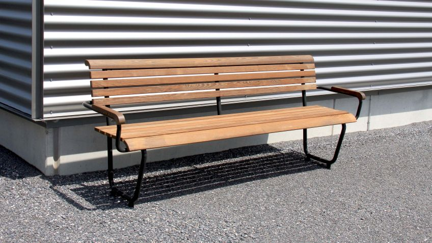 The Landi Generation Bench is available in 2200 mm length (picture) and 1400 mm